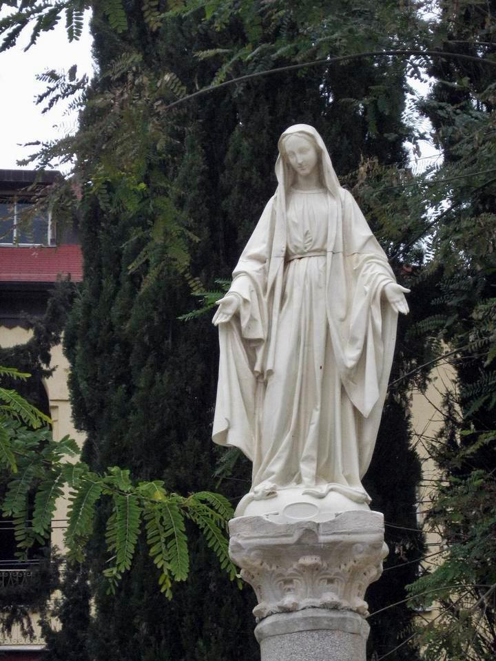 Statue of Mary in the garden of Saint Jozeph church.