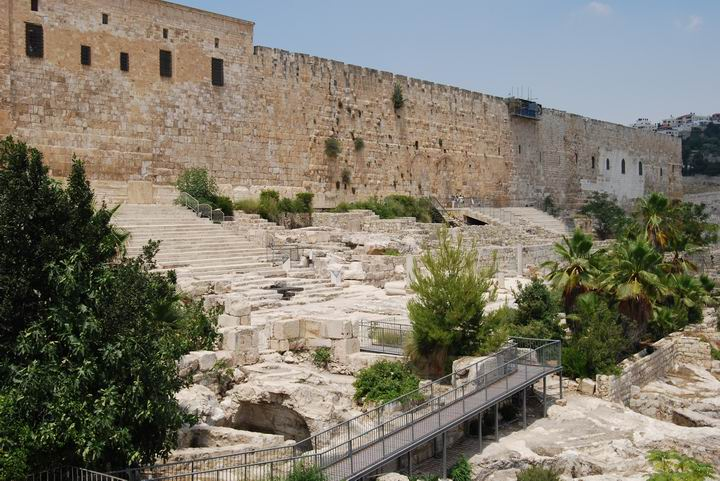 Hulda gates and monumantal steps that led to the temple on the south-east side.