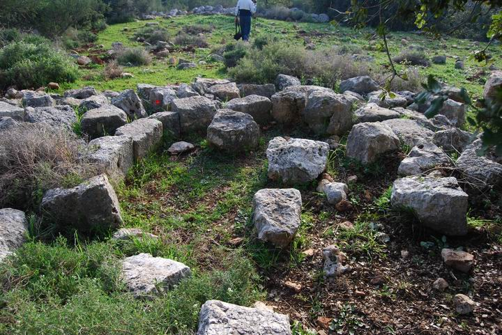 Khirbet Heskek: fallen stones from church