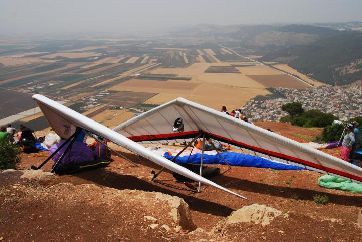 Gliders prepare the jump over the Jezreel valley.