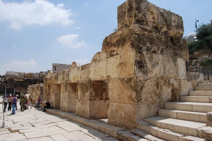 The shops were a base for the staircase & bridge to the Temple mount.